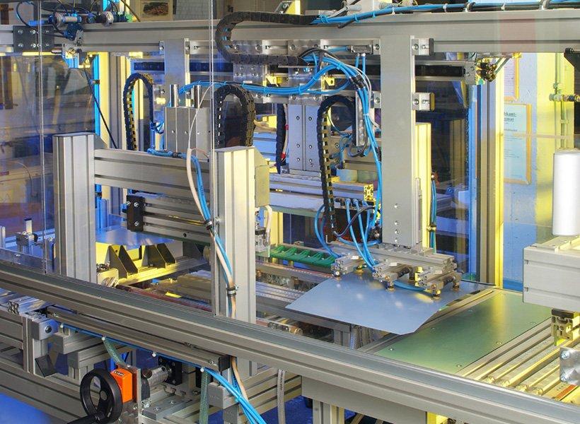 Bild einer Produktionsmaschine in der Kunststofffertigung.