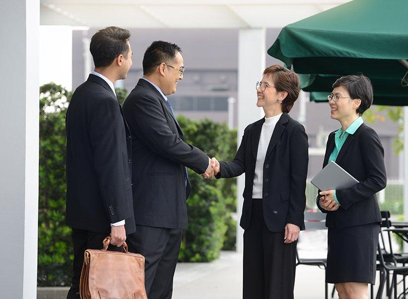Bild von Menschen beim Handshake.