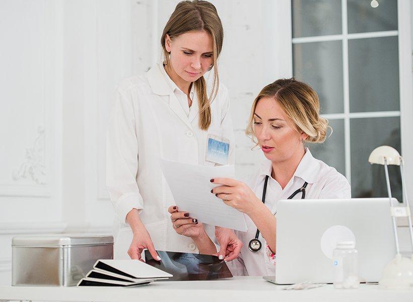 Bild zweier Ärztinnen im Gespräch.