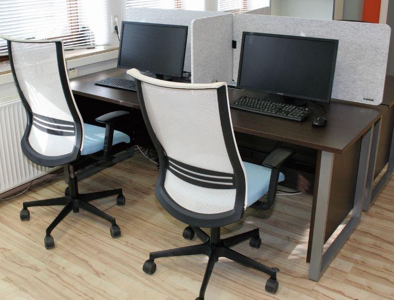 Tischtrennwand Set auf einem Schreibtisch.