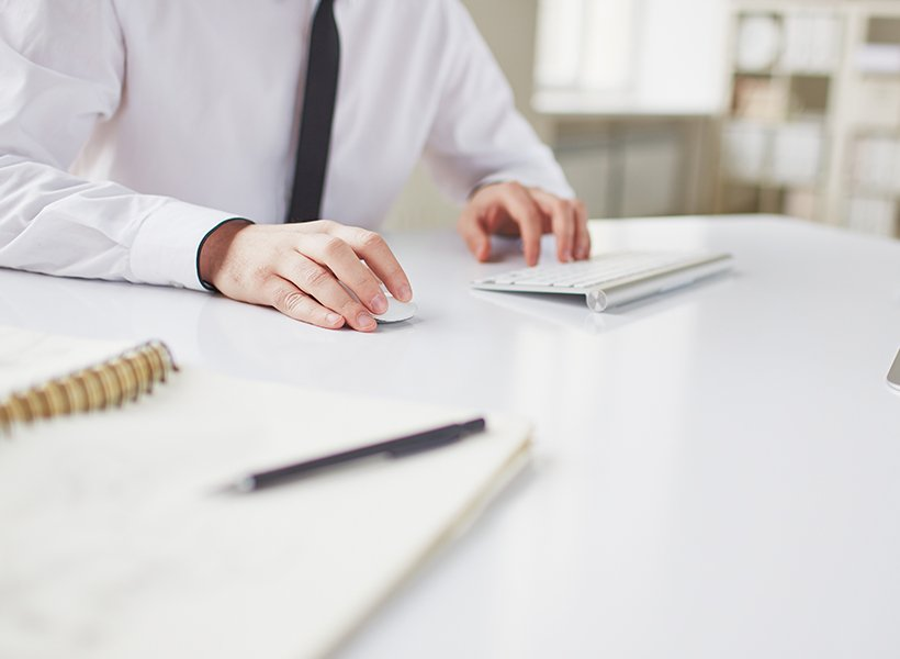 Bild von Mann am Schreibtisch.