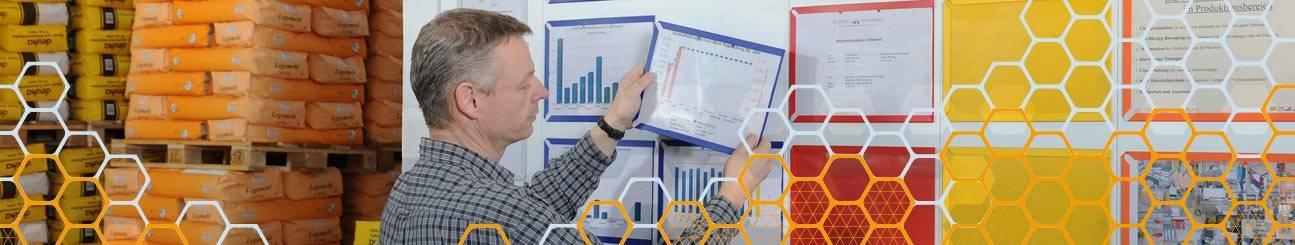 Bild eines Mannes der Tafel bestückt mit Einstecktaschen WEIGANG Visualisierung.